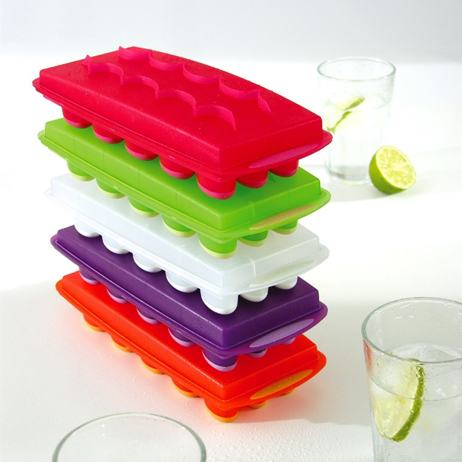 Orka Flexible Ice Cube Tray with Lid in Raspberry